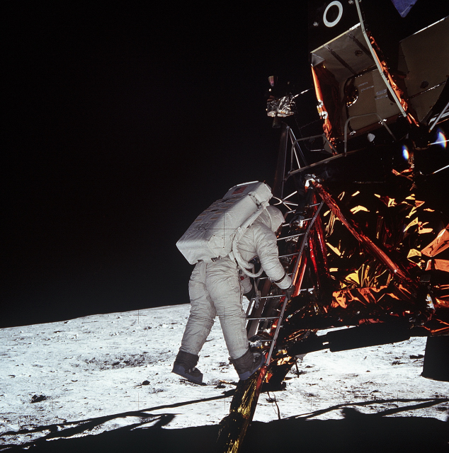 Aldrin-Stepping-Off-Eagle-634x640-786
